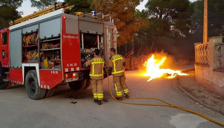 Els bombers treballant en l'extinció