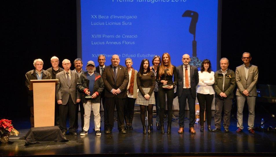 Imatge de família dels premiats i els representants de les institucions.