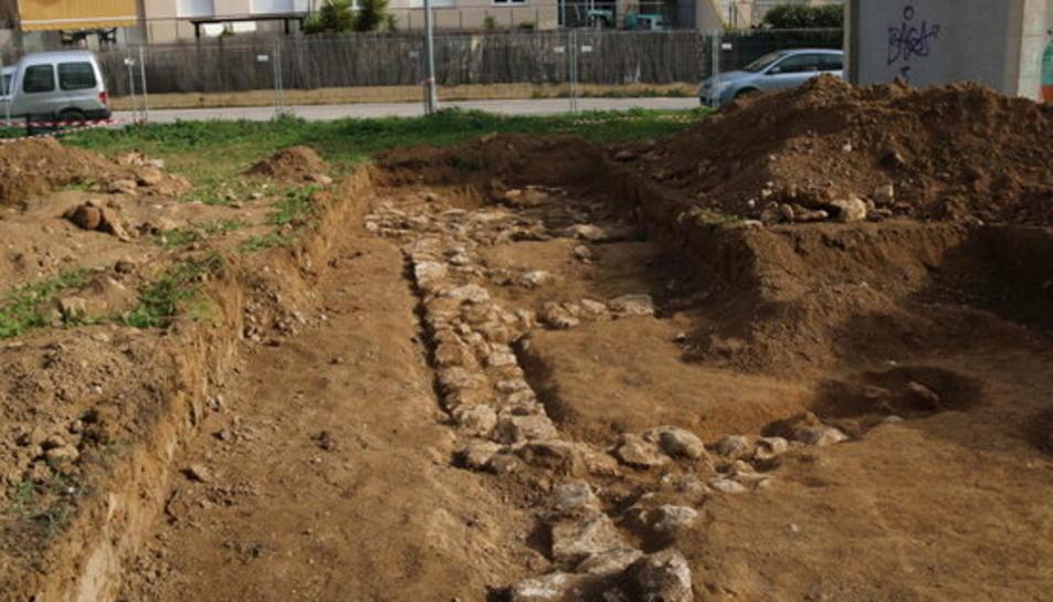 Un dels punts del jaciment iber descobert a Cubelles, amb el perfil de tota una paret perfectament visible.