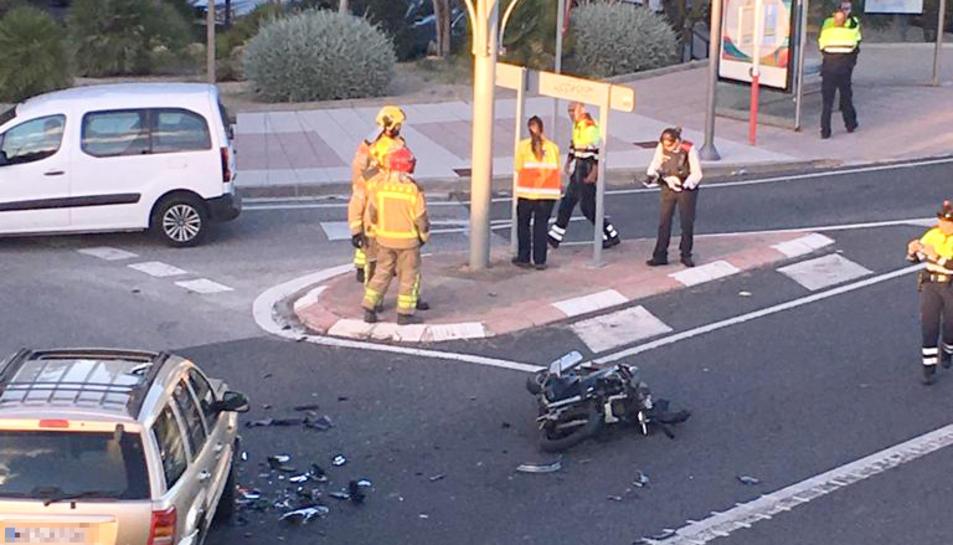 Imatge de l'accident d'Ignasi Duran, amb la moto a la calçada.