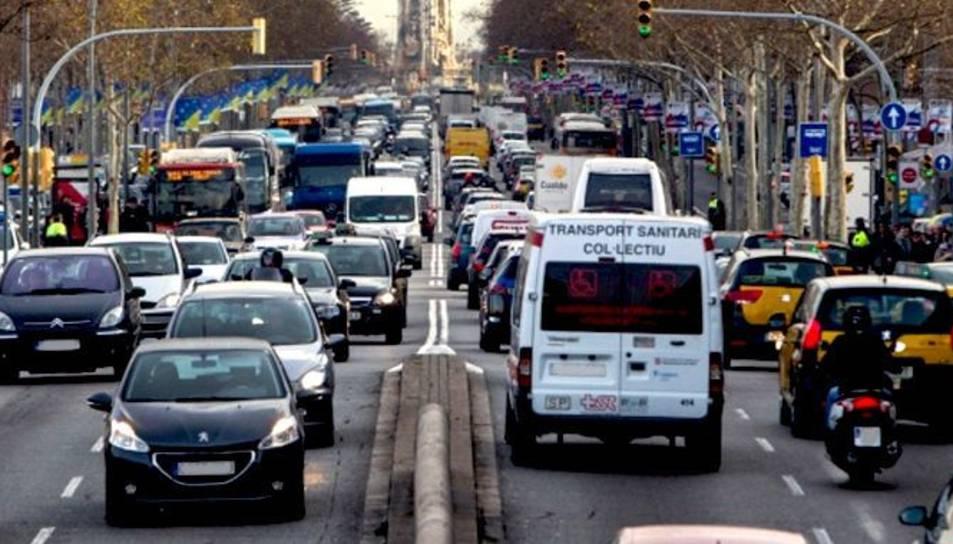 Una de les principals vies barcelonines, totalment congestionada en hora punta.