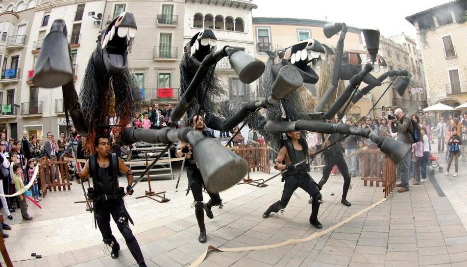 L'espectacle recrea l'animalitat primitiva del cavall i el pes de la tradició en una representació contemporània.