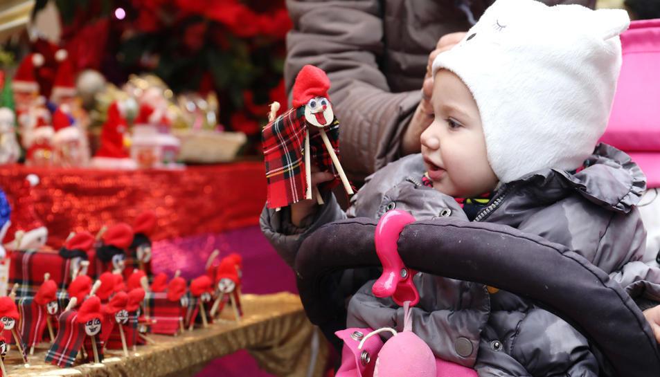 Una nena visitant un dels mercats de Nadal.