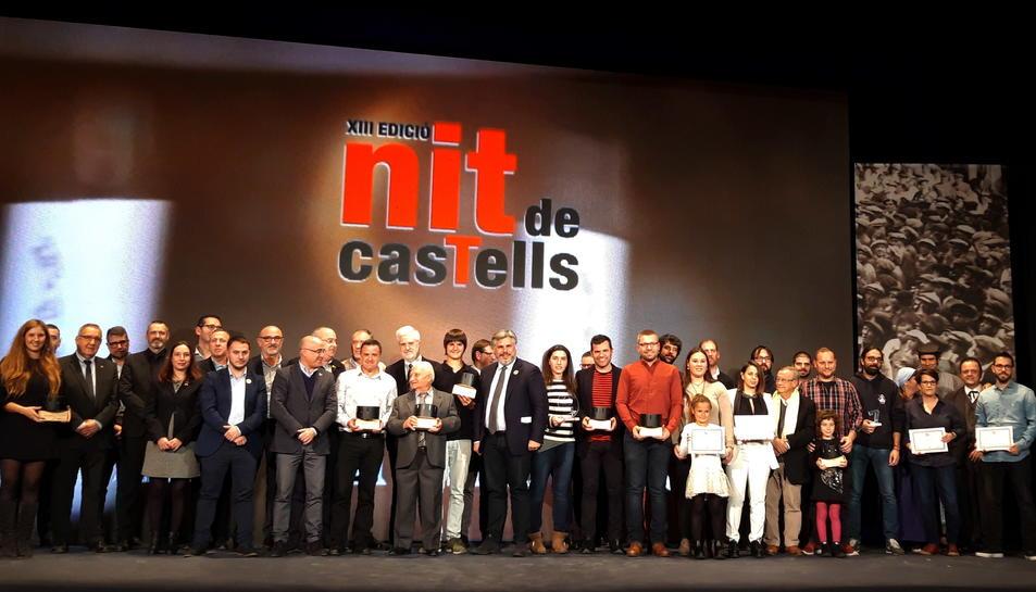 Els premiats i les autoritats de la 13a Nit de Castells celebrada a Valls.
