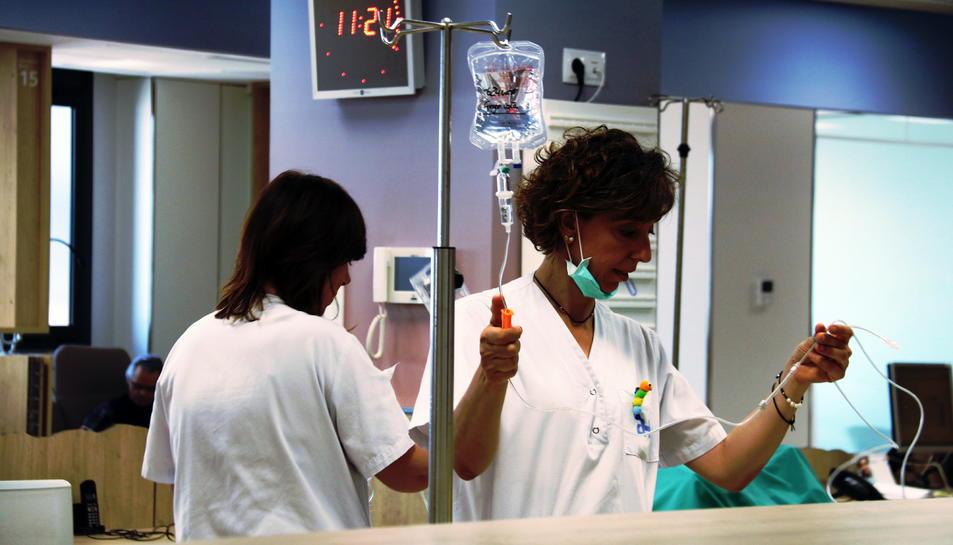 Dues infermeres de l'especialitat d'oncologia, en una foto d'arxiu.