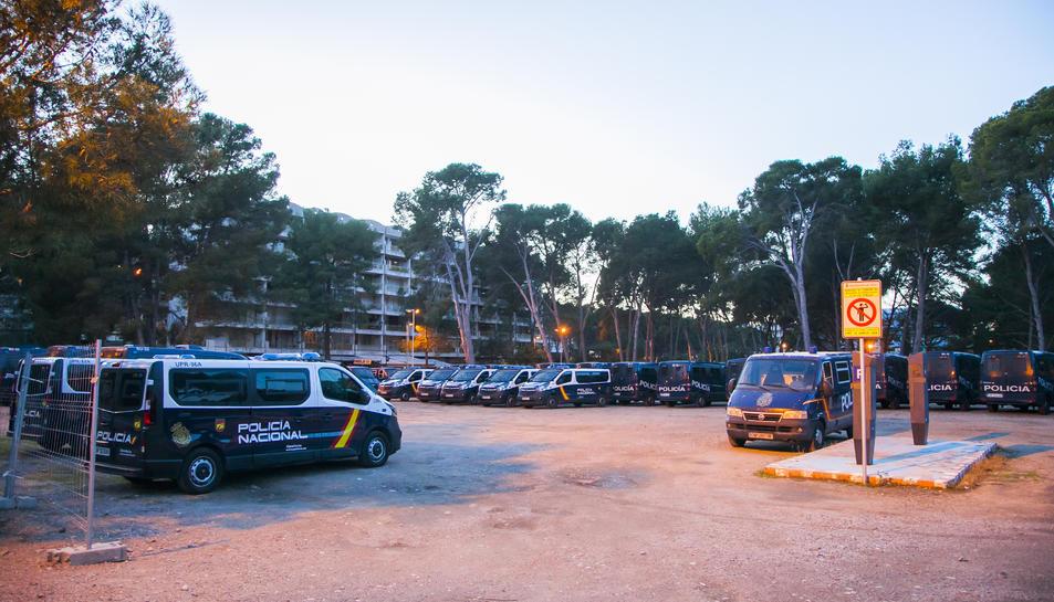 Diverses furgonetes de la policia espanyola aparcades.