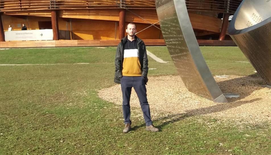 Ferran Boix, davant del CERN, a Ginebra.