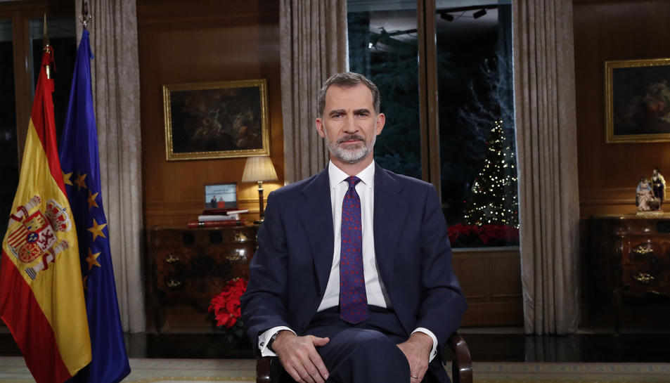 Imatge del rei Felip VI assegut durant el tradicional discurs de Nadal adreçat als seus súbdits.