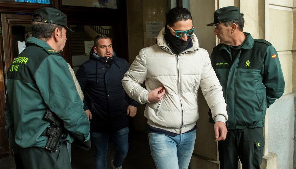 José Ángel Prenda i Alfonso Jesús Cabezuelo (d), a la seva sortida de l'Audiència de Sevilla després d'haver seguit per videoconferència la vista a la Audiència de Navarra ear decidir si segueixen en llibertat provisional o entren a presó.
