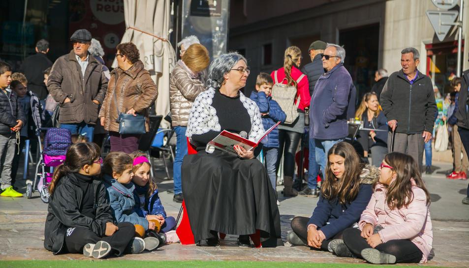 Imatge d'un instant de la representació del conte a la plaça del MErcadal.