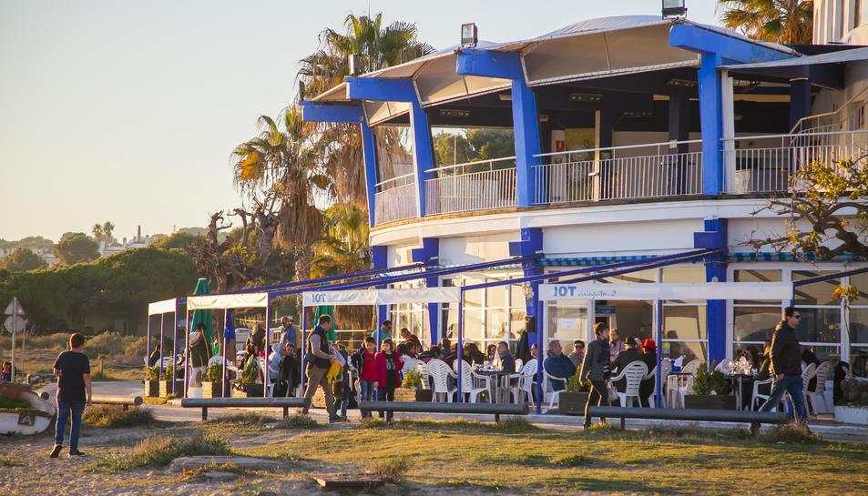 La terrassa del restaurant el Iot, ahir, estava completament plena de clients.