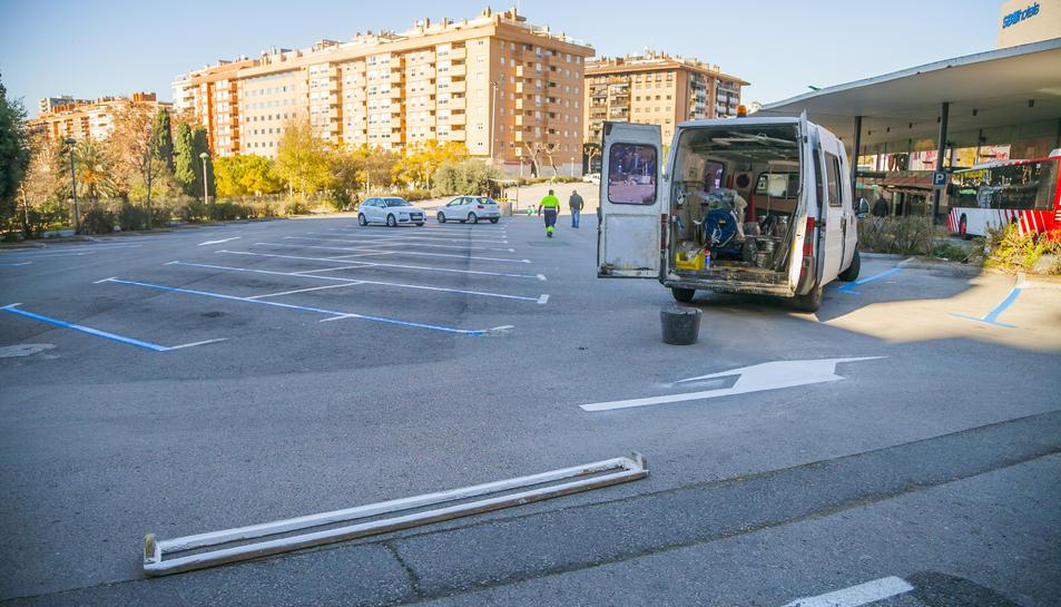 Operaris de l'Ajuntament treballen des d'ahir per adequar la zona blava al carrer Battestini.