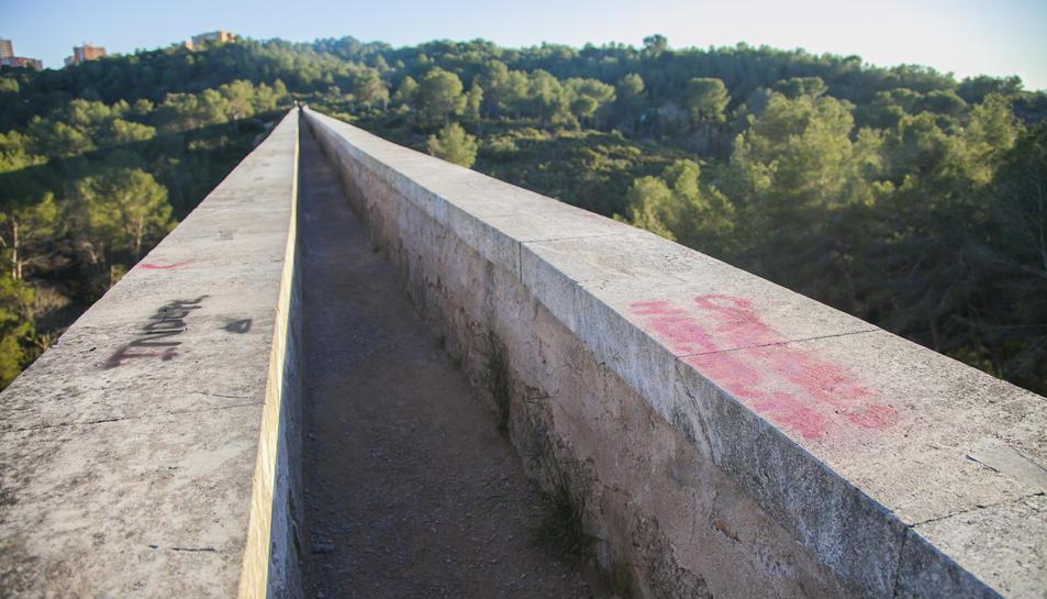 En total es poden veure tres pintades a la superfície del pont del Diable.