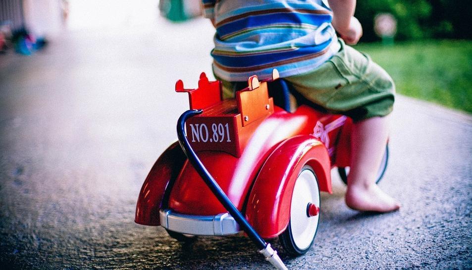 Imatge d'un nen amb una joguina nova.