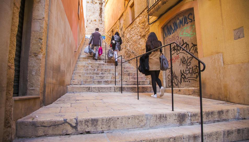 La barana facilita el desplaçament de les persones amb dificultats de mobilitat.