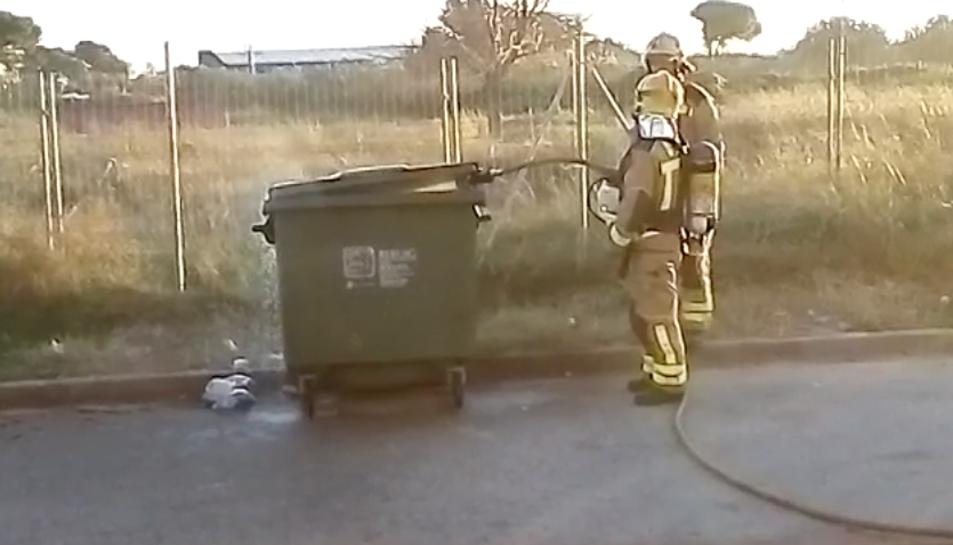 Moment de l'extinció de l'incendi d'un contenidor.