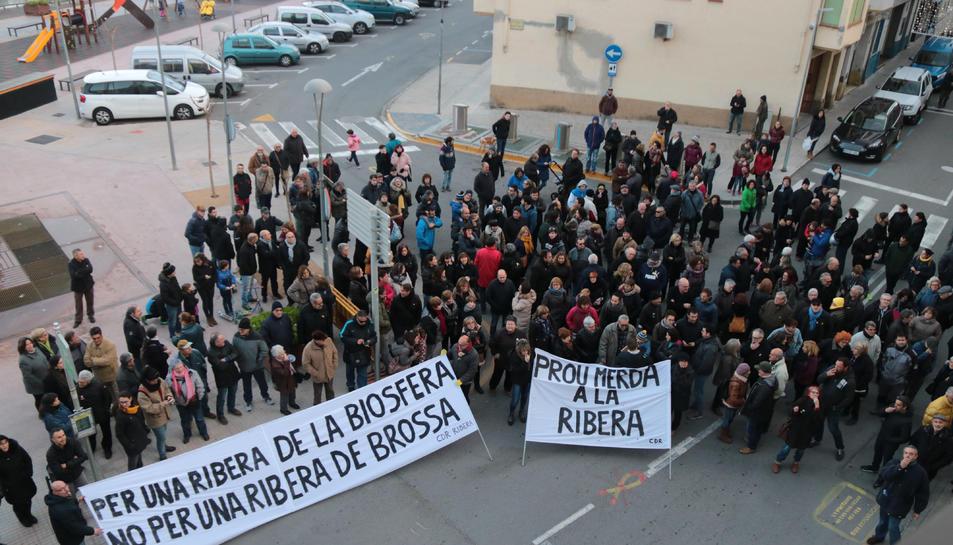 Les persones concentrades davant del Consell Comarcal de la Ribera d'Ebre amb motiu del consell d'alcaldes monogràfic sobre l'abocador de Riba-roja