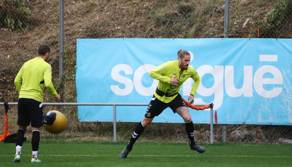 Raúl Albentosa s'exercita a l'annex del Nou Estadi durant un entrenament realitzat al mes de novembre.
