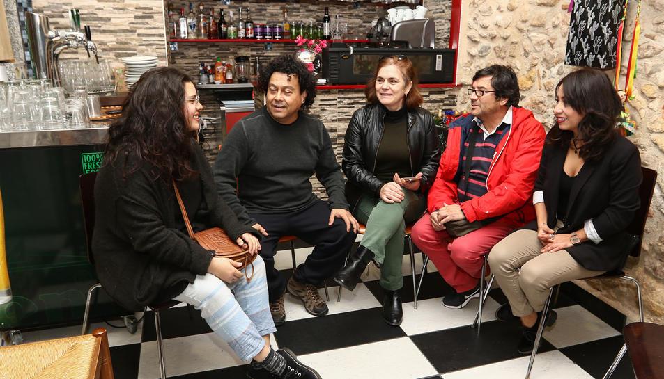 Els membres de la Coordinadora Latina de Tarragona, ahir a l'Adelita Gastro bar.