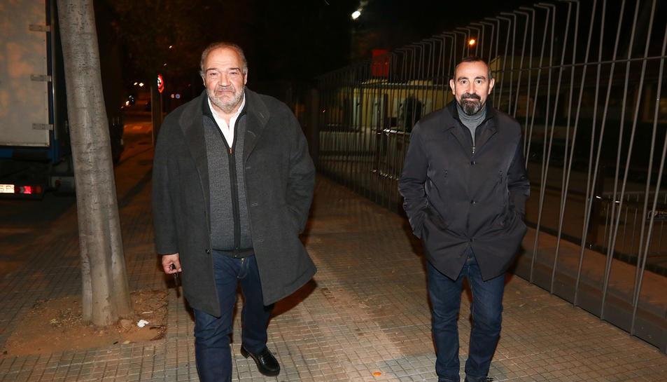 Joan Oliver, a l'esquerra de la imatge, sortint d'una de les darreres reunions importants al club reusenc.