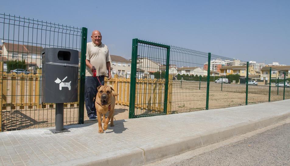 Una imatge d'arxiu d'un dels usuaris del parc de gossos del barri Juroca.