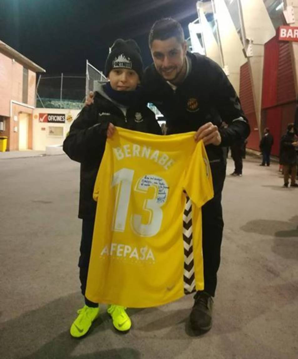 Bernabé i el nen amb la seva nova samarreta.