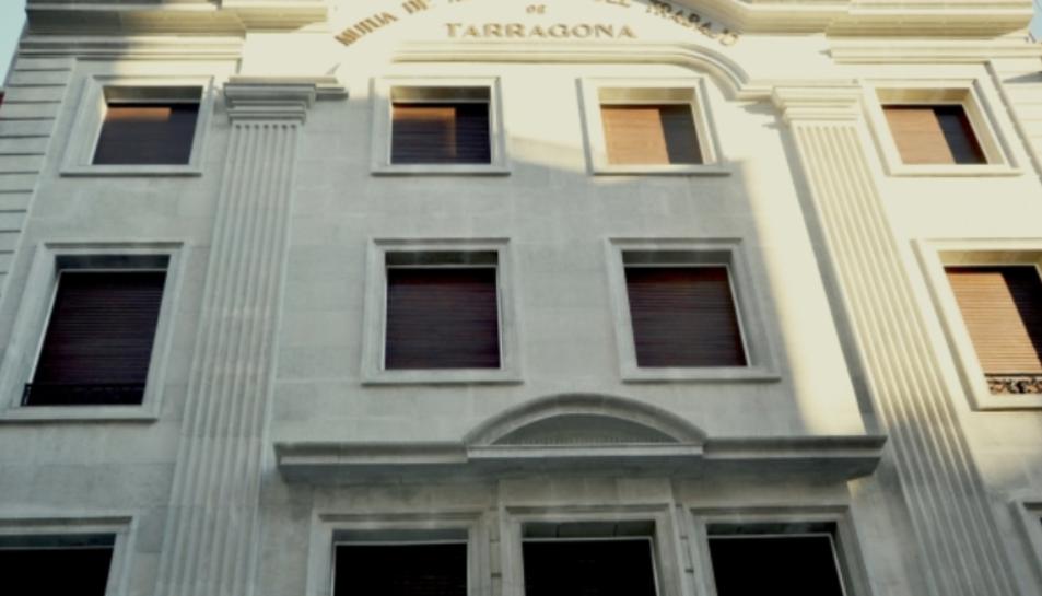 Imatge de la façana de l'edifici d'Estanislau Figueras remodelada.