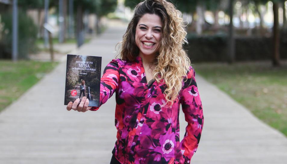 Pili Andreu amb el seu llibre, que aquest desembre ha engegat la segona edició.