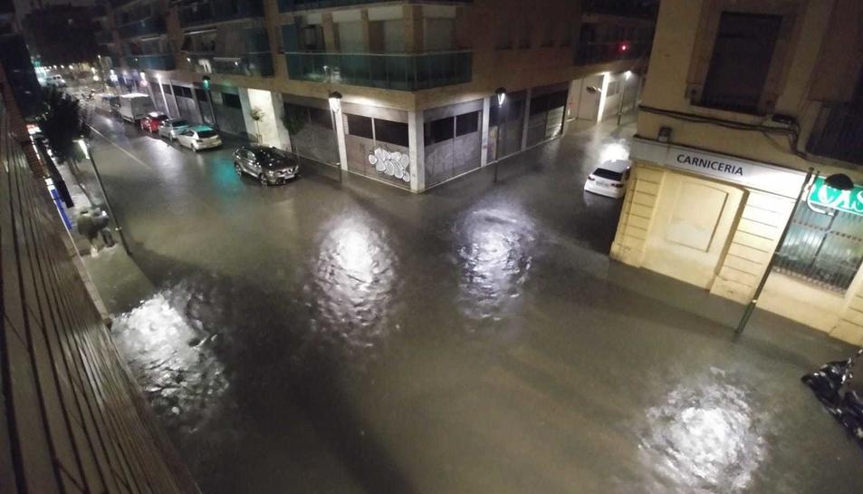 El carrer Reial inundat durant les últimes pluges del 14 d'octubre.