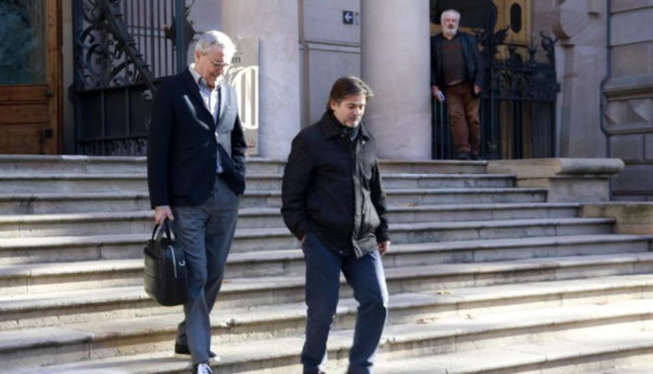 Oriol Pujol, acompanyat pel seu advocat, Xavier Melero, baixant l'escalinata del Palau de Justícia després de ser citat per l'Audiència de Barcelona per decidir sobre l'ingrés a presó per l'anomenat 'cas ITV'