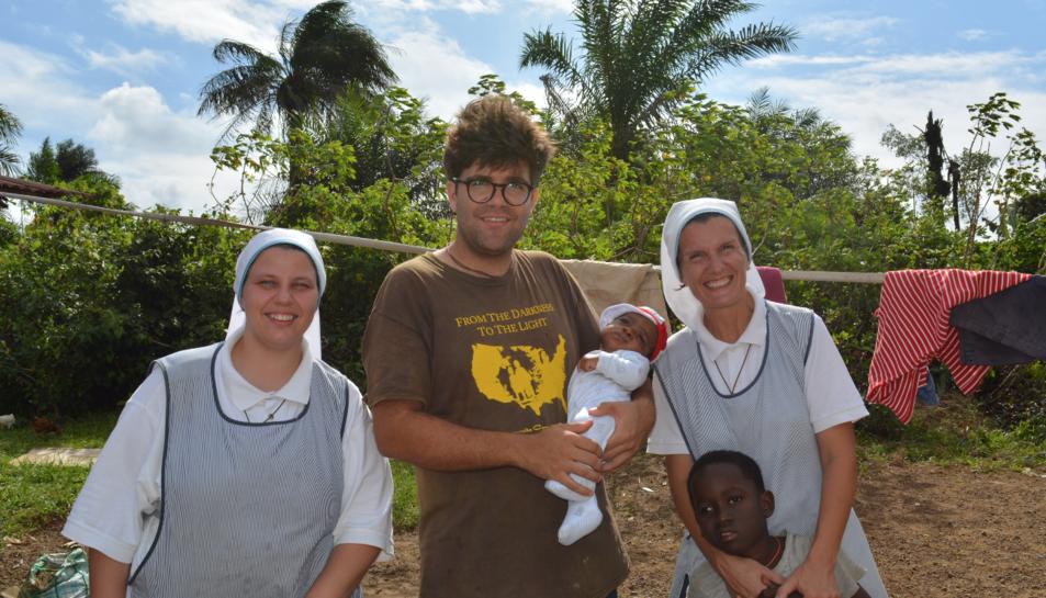 Ramon Llorens, acompanat de dues missioneres i dos nens.