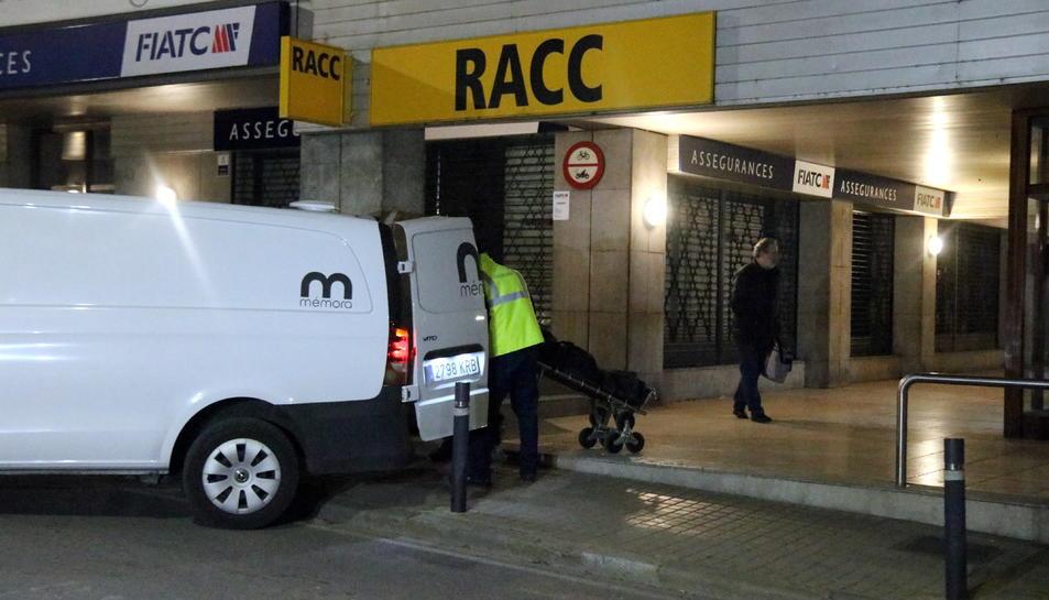 Pla obert de la furgoneta que trasllada el cos de la víctima.