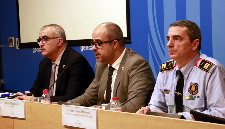 El conseller d'Interior, Miquel Buch, amb el director del SCT, Juli Gendrau, i el comissari Joan Carles Molinero.