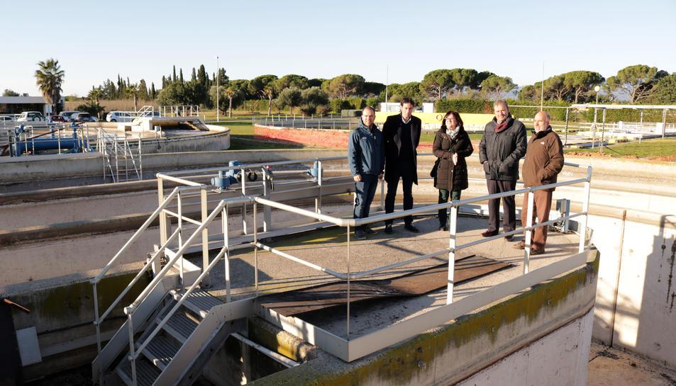 Visita d'autoritats locals a les instal·lacions de la depuradora d'aigües residuals de Cambrils.