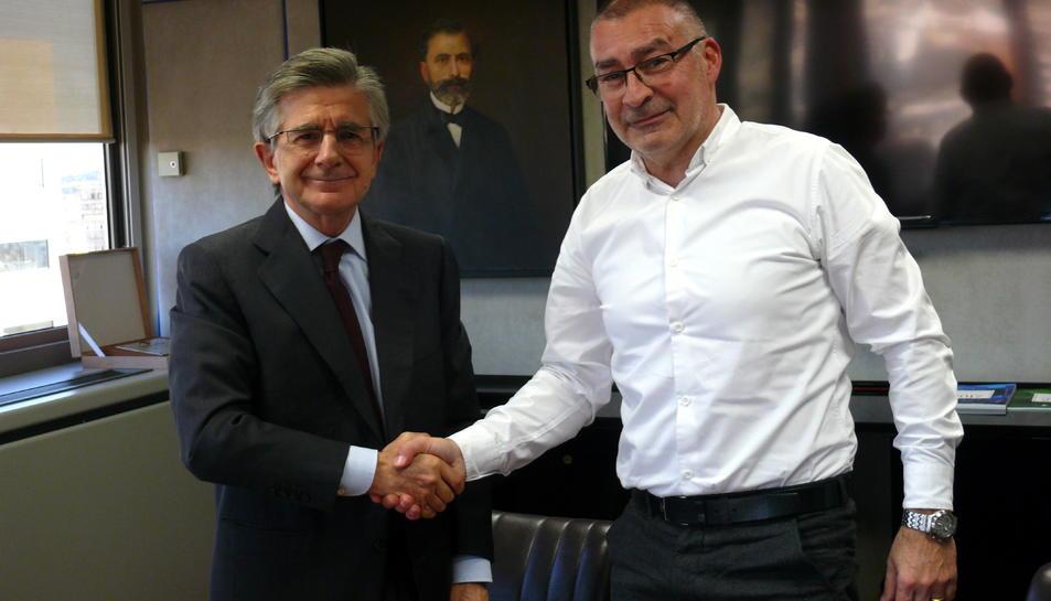 L'alcalde de Flix, Marc Mur, amb una responsable d'Ercros després de signar els convenis.
