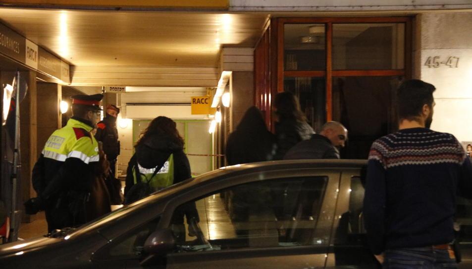Moment de l'arribada de la filla de la dona morta a Banyoles amb la comitiva judicial.