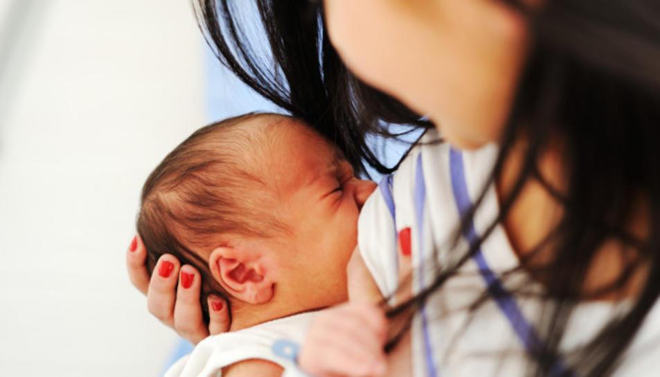 Una mare donant el pit al seu nadó.