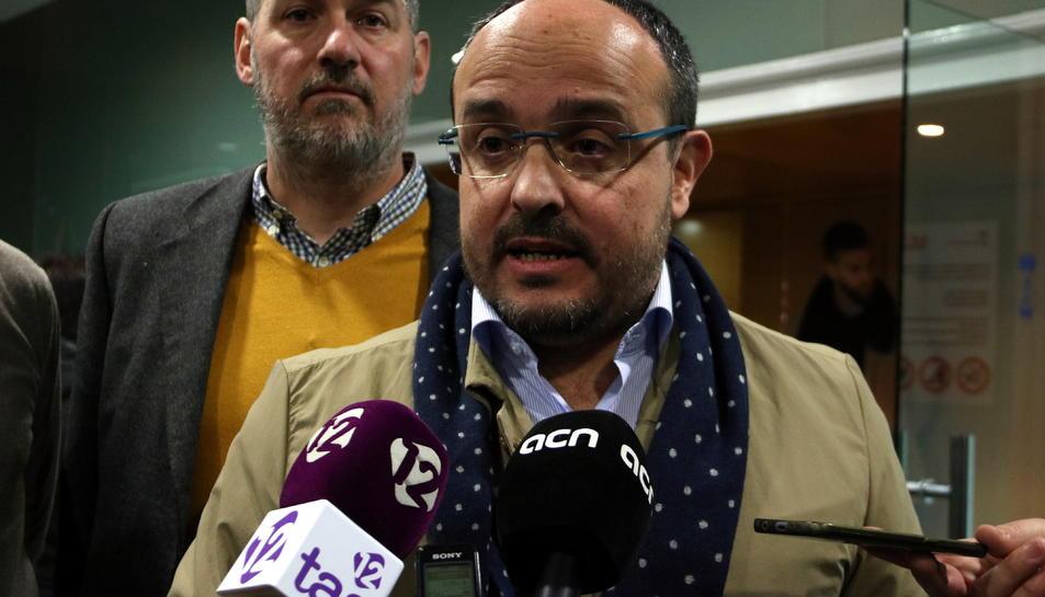 Pla mitjà del del president del PPC, Alejandro Fernández, en l'atenció als mitjans previ a l'acte de presentació del candidat a l'alcaldia de Salou. Imatge del 11 de desembre del 2019 (Horitzontal).