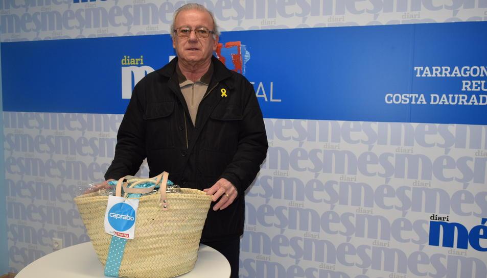 Magí Bordas con la cesta de productos Caprabo del sorteo.