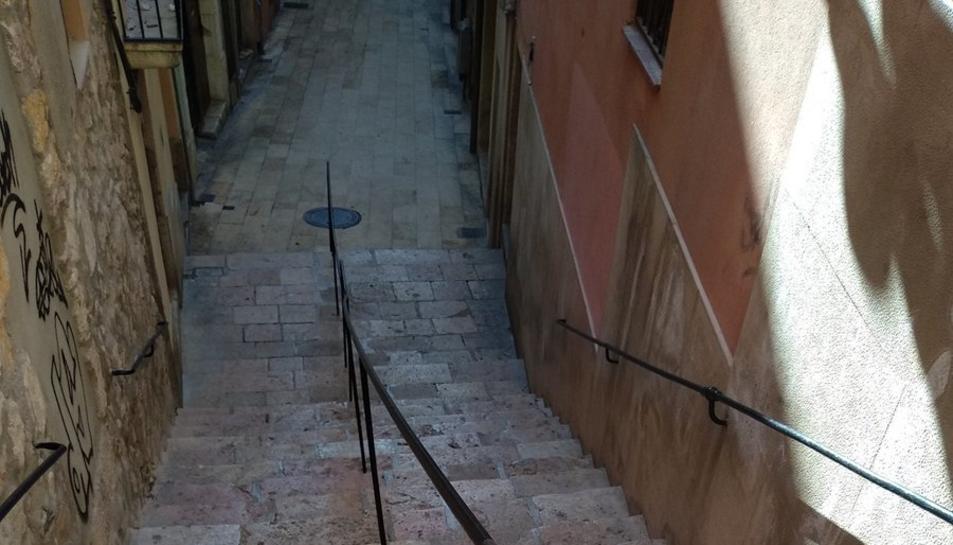 Imatge de les escales de l'Arboç amb la barana a la part central.