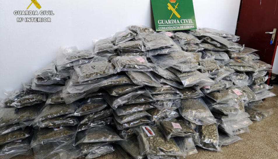 Diverses bosses plenes de marihuana apilades.
