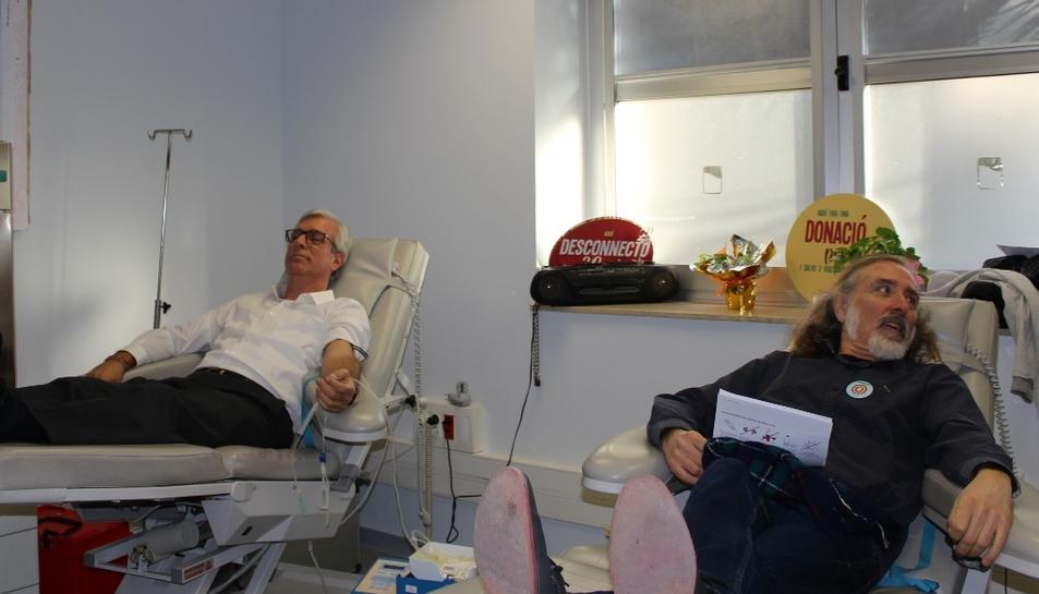 L'alcalde de Tarragona, Josep Fèlix Ballestaros, i l'integrant de Els Pets, Joan Reig, donant sang.