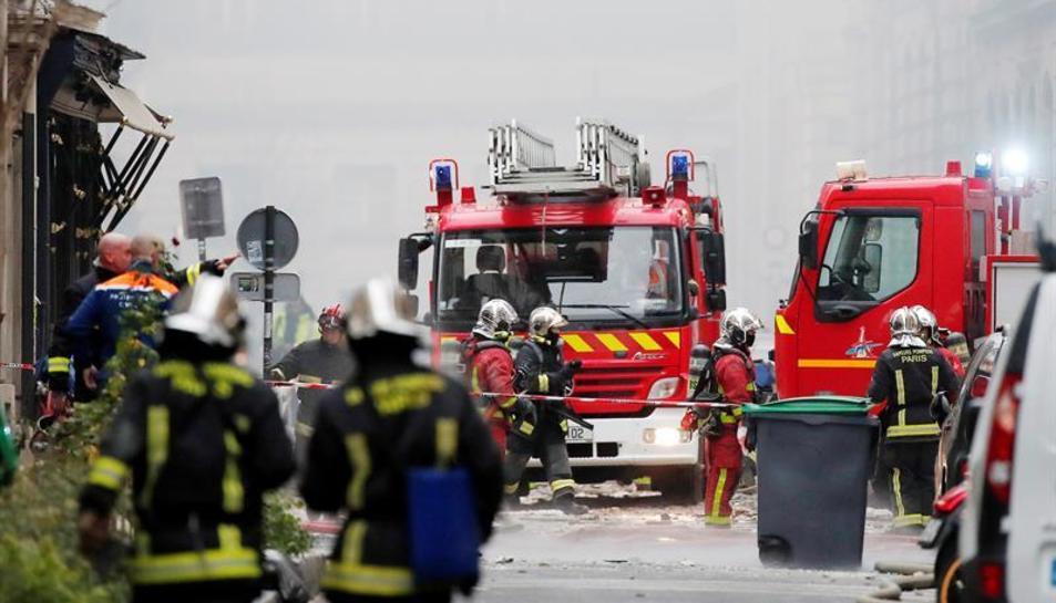 Desenses de bombers treballen per extingir l'incendi
