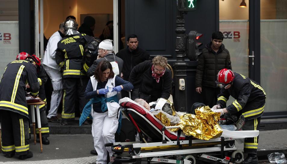 Els bombers i serveis d'emergències ajudant a les víctimes