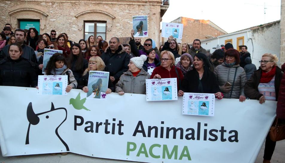 Els manifestats amb la pancarta del PACMA en la concentració per la mort d'un cadell abatut per la Policia Local de Calafell.