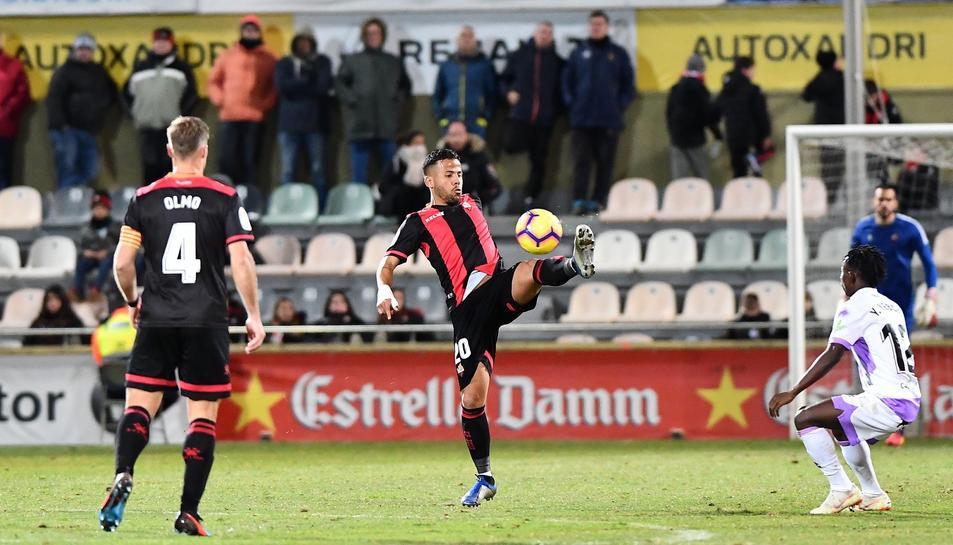 Jesús Olmo, Gus Ledes i Pol Freixanet, al fons, en una jugada del partit de dissabte contra el Numancia a l'Estadi Municipal.