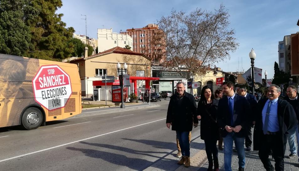 Els membres del grup municipal de Ciutadans i el diputat Domínguez i, a l'esquerra, l'autobús.
