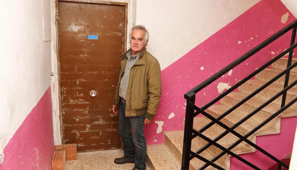 El president de l'entitat veïnal, Eduardo Navas, a la porta d'un dels pisos on han intentat accedir.