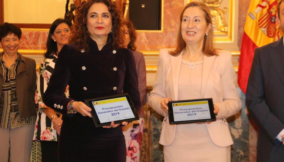 La ministra d'Hisenda, María Jesús Montero, i la presidenta del Congrés, Ana Pastor, mostren les tauletes amb els Pressupostos.