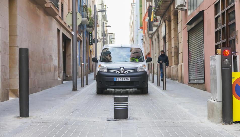 Un vehicle accedeix a la zona on està ubicada la barrera física.